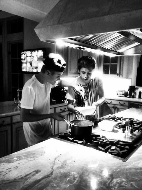 Justin bieber and Niall Horan are cooking